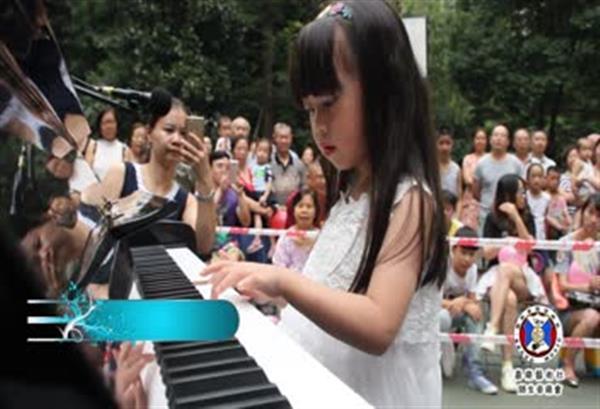 钢琴学员表演